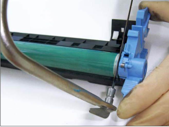 Существуют модели картриджей, в которых фотобарабан крепится к корпусу на шпильке, защелкивающейся внутри...